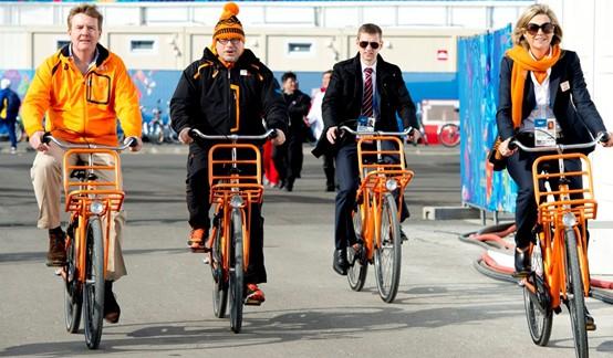 koning Wilem Alexander op de fiets